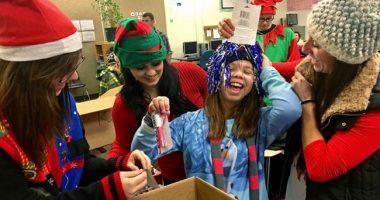 La supplente entra in classe e dice ai bambini che Babbo Natale non esiste